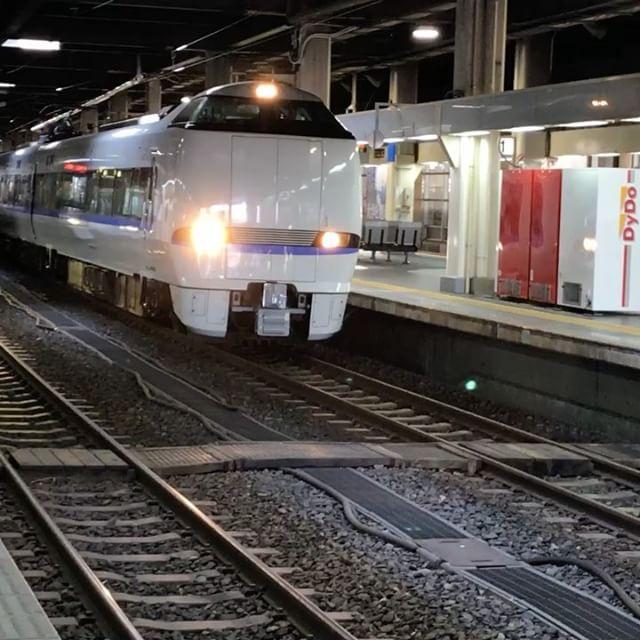 所用で金沢駅に行く用事がありました。ついでに夏休み中で家でヒマしていた、チビらを連れて行きました。息子は子鉄!ただ駅のホームで電車の発着が見れれば幸せなんだとか……wけれど、サンダーバードを見送る息子の姿みて、どこかに連れて行ってあげたくなりました。#太陽めがね#ちょっと金沢駅へ#息子は子鉄ヽ(^o^)